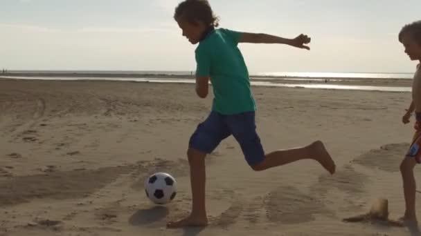 děti hrají beach fotbal Zpomalený pohyb