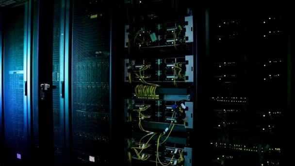 superpočítač s kabely a lampy