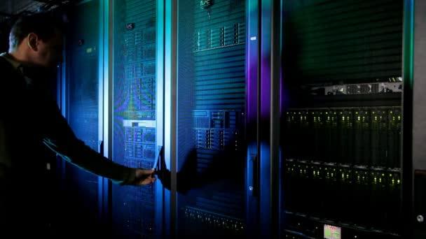 Muž otevření modulu v datovém centru
