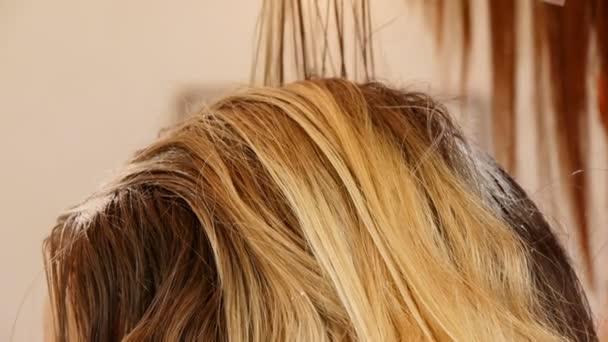 Aplikace barvy na vlasy