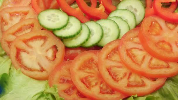 Nasekané červené papriky a okurky kolem sekaných rajčat.