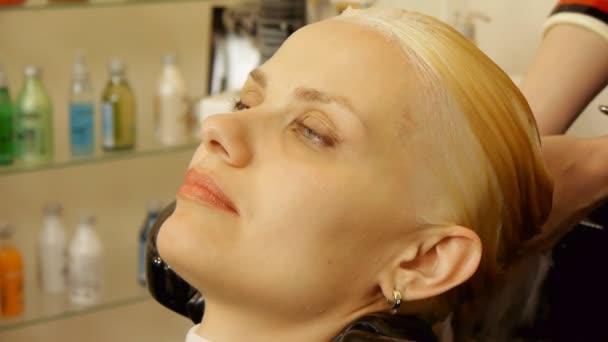 Haare Waschen Bei Friseur Stockvideo Regissercom 63807153