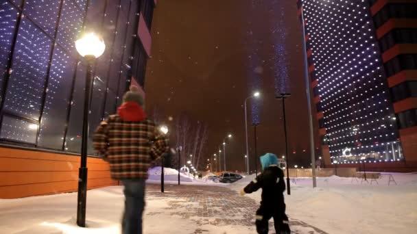 Kinder laufen in der Nähe des modernen Hochhauses auf der Straße herum.