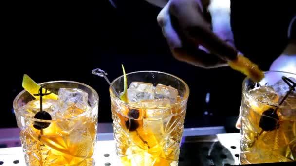 Der Barkeeper mixt Zitrus Cocktails in der Diskothek