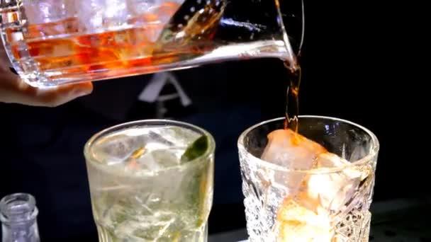 Barkeeper bereitet alkoholische Cocktails mit Eis zu