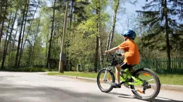 malý chlapec, jízda na kole v přilbě na jaře