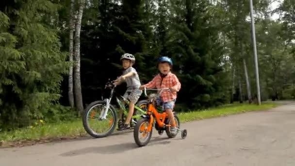 Zdravé děti bratři společně na kolech