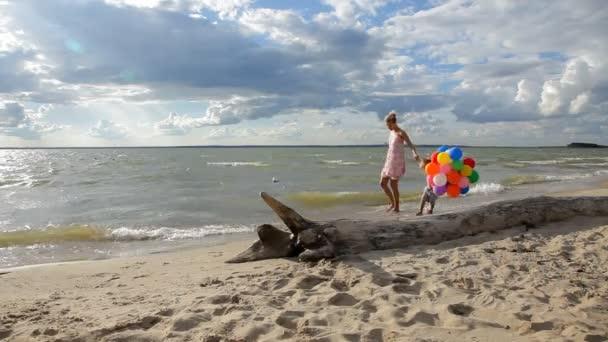 Mutter mit Kind, Hand in Hand Wandern am Strand