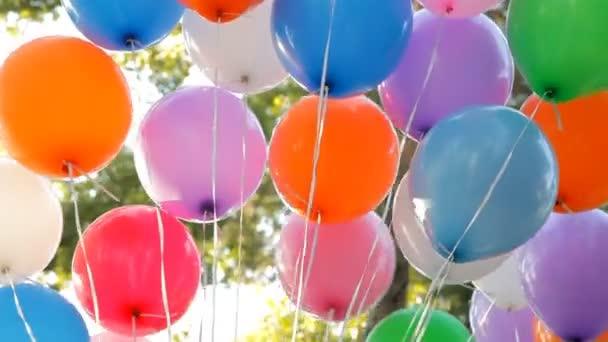 barevné helium balónky