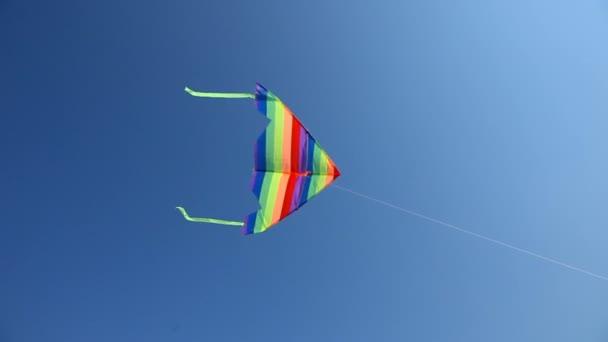 barevné pruhované pouštění modré obloze