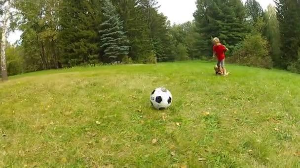 Chlapci hrají fotbal v městském parku. Letní tábor zábava