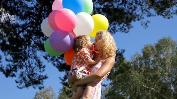 Happy mladá matka s malým dítětem v ruce
