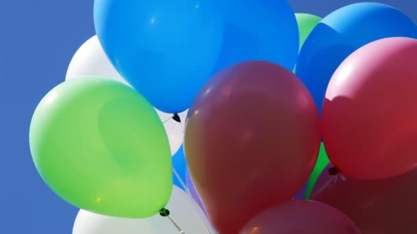 barevné bubliny proti modré obloze
