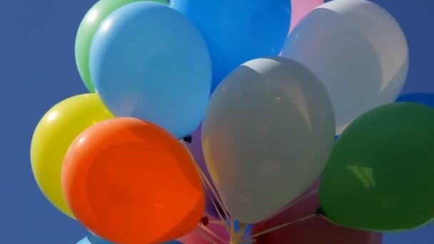 Barevné balóny na obloze
