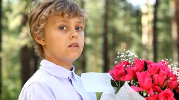 Mladík s krásnou kytici rudých růží