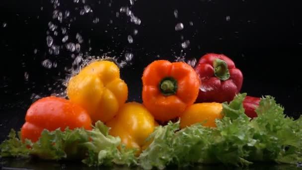 Stříkající vodě na papriky a salát fotografování s vysokorychlostní kamerou