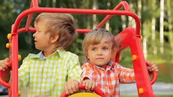 jungen auf dem Spielplatz schwingend