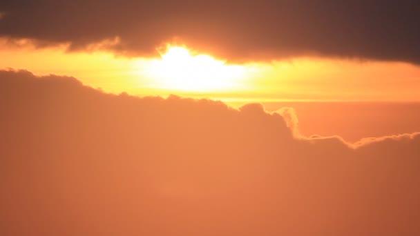 Sötét felhők naplementekor.
