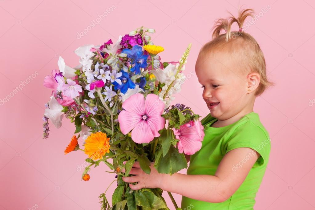 Фото малыша в цветах 51