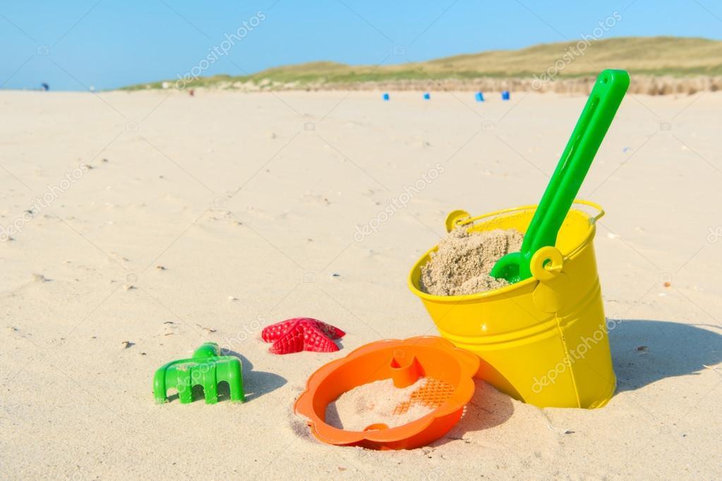 Spielzeug am strand — stockfoto ivonnewierink