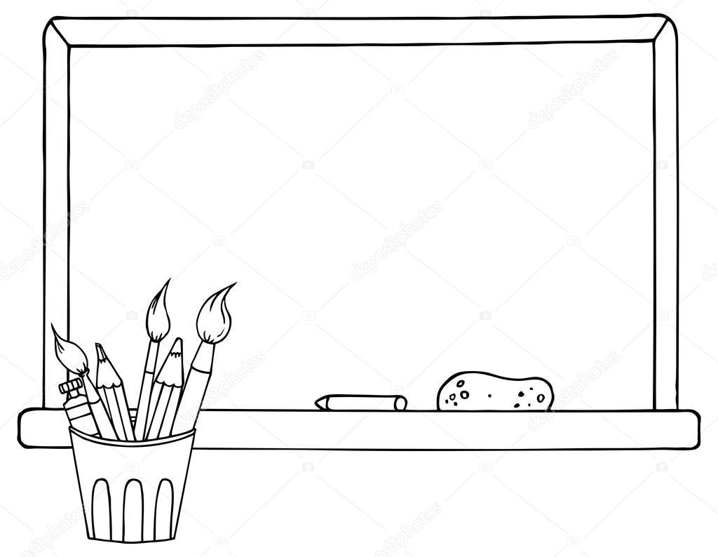 Seviyelendirilmiş Pot Kalemler Ve Yazı Tahtası önünde Boya Fırçaları
