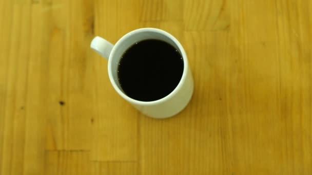 bílý šálek