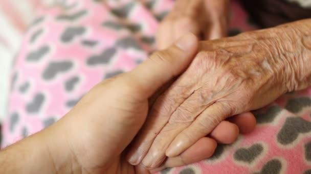 Vnuk držení rukou babička