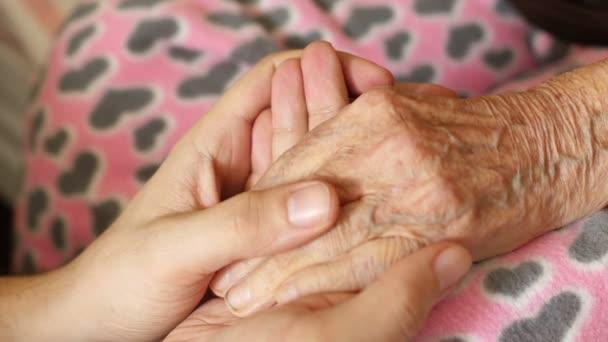 Enkel hält Hand der Großmutter