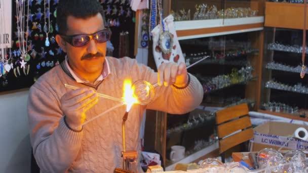 Üvegfúvó ember dolgozik