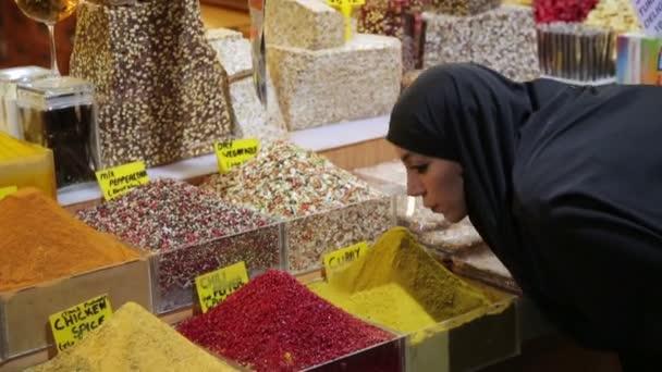 žena nakupování na velký bazar