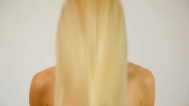 žena zobrazeno lesklý zdravé vlasy
