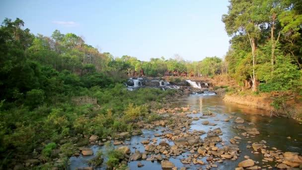 Wasserfall in der Nähe von Tad lo Dorf