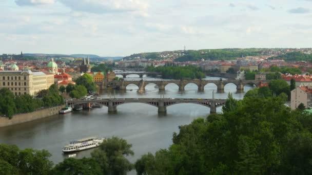 Pražské mosty přes řeku Dunaj