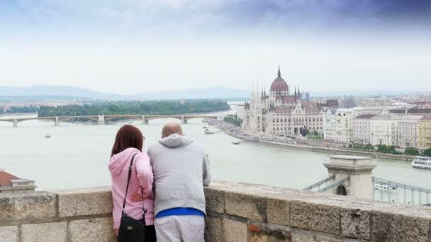 Pár Élvezze Budapest folyóra néző