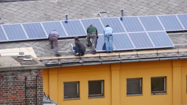 dělníci instalací solárních panelů