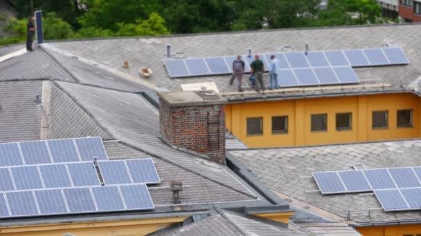 Arbeiter installieren Sonnenkollektoren