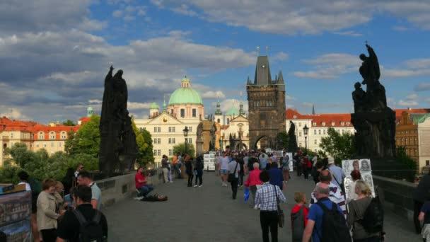 Lidé přes most v Praze