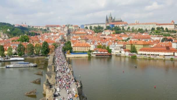 Přes Karlův most v Praze