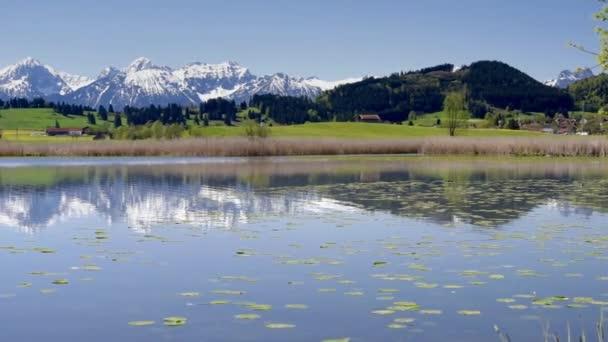 Panorama pohled v Bavorsku do krásné krajiny s hory Alpy
