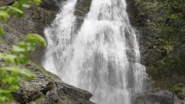proud s kaskády v horách Bavorská