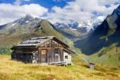 Fotografia Capanna alpina nelle montagne delle Alpi