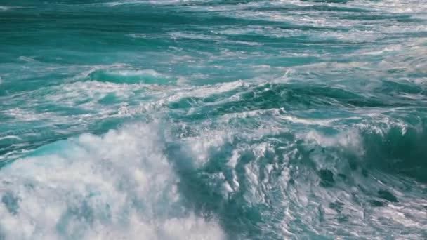 Oceánu vlny tříštící se o pobřeží, pomalý pohyb