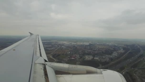 Země letadlo na letišti, pohled z okénka