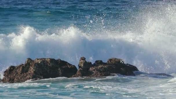 vlny zřítilo na pláži