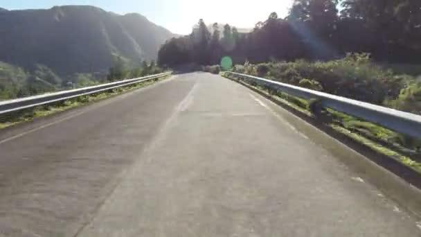 Rychlá jízda na horské cestě