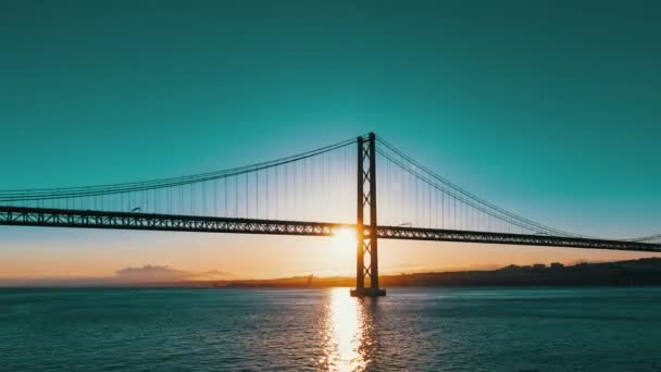 Západ slunce na 25 De Abril Bridge v Lisabonu