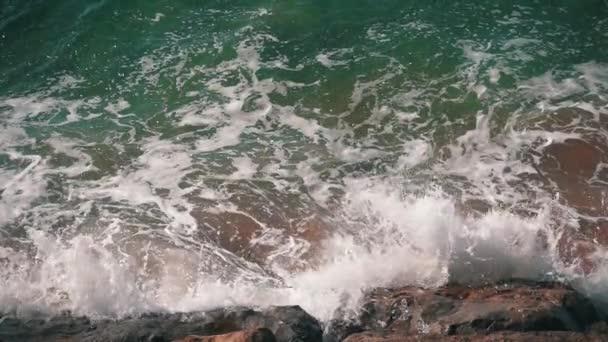 Pomalý pohyb oceánu vlny tříštící se o pobřeží
