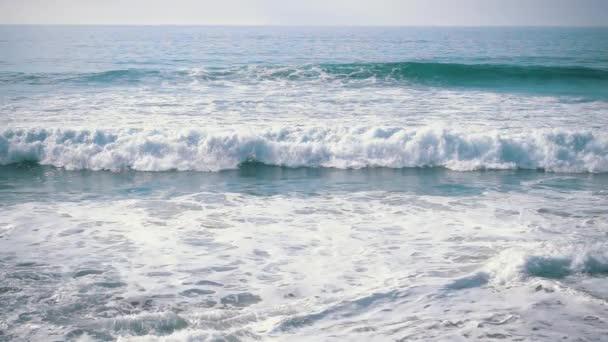 Pomalý pohyb oceánu vlny příchozích na břehu