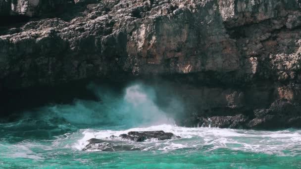 Oceánu vlny tříštící se o Rock, zpomalené