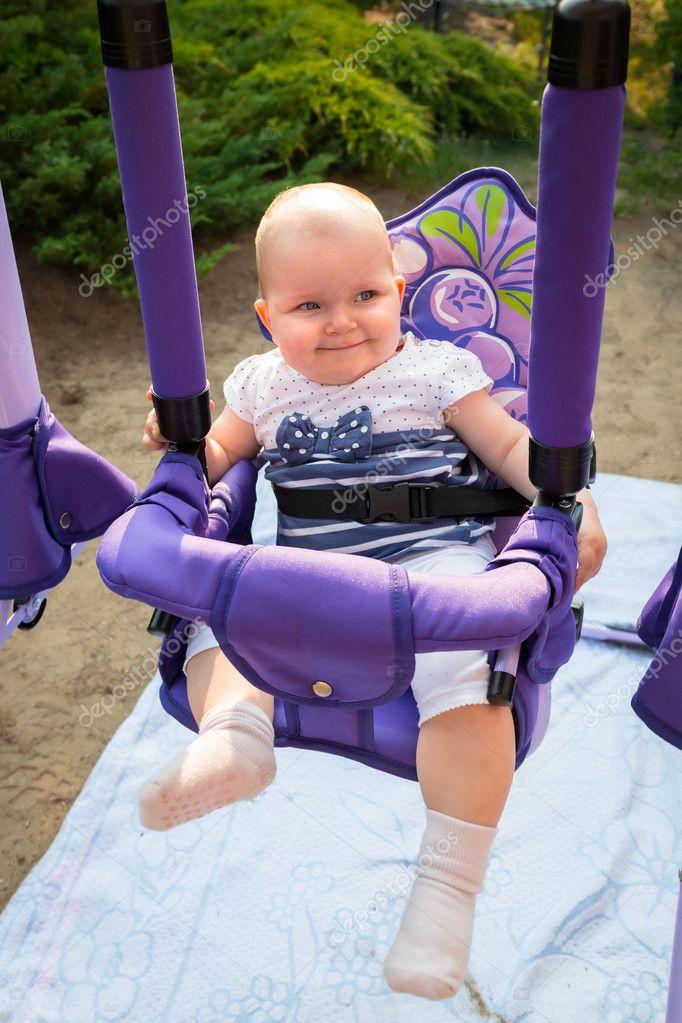 Baby Schommel Tuin.Babymeisje Op De Schommel In De Tuin Stockfoto C Patryk Kosmider